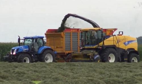 纽荷兰青储机搭配各种拖拉机作业